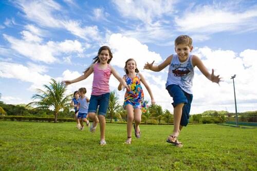 crianças brincando no resort