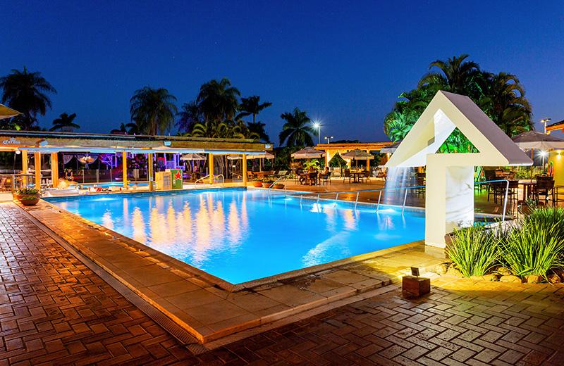 piscina à noite no Zagaia