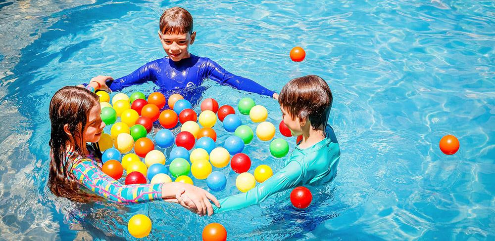 crianças na piscina Zagaia